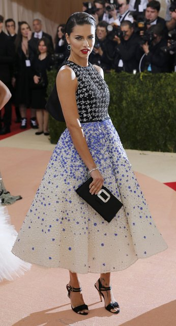 """Model Adriana Lima arrives at the Metropolitan Museum of Art Costume Institute Gala (Met Gala) to celebrate the opening of """"Manus x Machina: Fashion in an Age of Technology"""" in the Manhattan borough of New York, May 2, 2016. (Photo by Eduardo Munoz/Reuters)"""