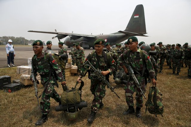 Indonesian soldiers arrive at Talang Betutu airport in Palembang to reinforce firefighter teams in south Sumatra province September 10, 2015. Indonesian authorities deployed 1,000 soldiers to south Sumatra province to fight land fire in the area. (Photo by Reuters/Beawiharta)