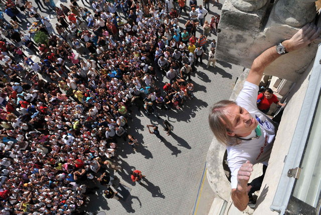 "Alain Robert of France, who is known as ""Spiderman"", climbs up a school in the old quarters of Havana February 5, 2013. Robert, who scales buildings all over the world without safety equipment, climbed up the school on Tuesday, making his way up another historic building in Old Havana. He had climbed the landmark Havana Libre hotel on Monday. REUTERS/Stringer (CUBA - Tags: SOCIETY EDUCATION)"