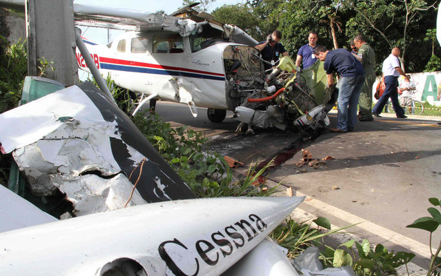 The single-motor Cessna plane flying from the USA, fell in Manaus, on March 12, 2013. (Photo by Arlesson Sicsu/Futura Press/Estadão Conteúdo)
