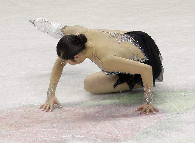 Mirai Nagasu falls during her performance the women's free skate program at the U.S. Figure Skating Championships in Greensboro, N.C., Saturday, January 24, 2015. (Photo by Chuck Burton/AP Photo)