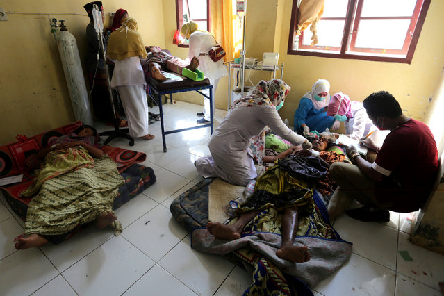 Injured people receive medical attention at a hospital following an earthquake in Sigli, Pidie regency, in the northern province of Aceh, Indonesia December 7, 2016. (Photo by Irwansyah Putra/Reuters/Antara Foto)