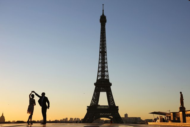 A couple dance at sunrise on October 6, 2016 on the Trocadero plaza, in front of the Eiffel towerin Paris. (Photo by Ludovic Marin/AFP Photo)