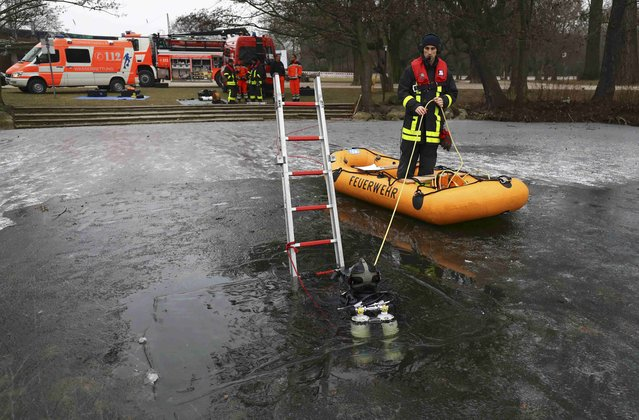 Members of Frankfurt's fire fighter water rescue brigade attend a rescue exercise on a frozen lake in Frankfurt, Germany, January 24, 2017. (Photo by Kai Pfaffenbach/Reuters)