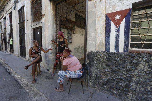 Women chat on the sidewalk in Havana, March 9, 2016. (Photo by Reuters/Stringer)