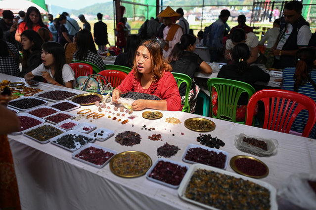 This photo taken on May 17, 2019 shows a seller trading rubies and other gemstones at the gems market in Mogok town, north of Mandalay. (Photo by Ye Aung Thu/AFP Photo)