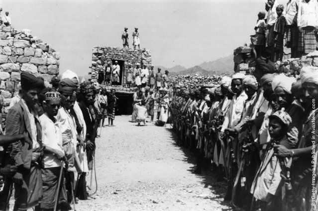 1963: Bedouin and Yemeni troops at the police fort of Marbakh