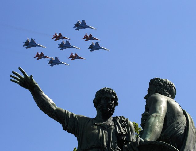 Russian military jets fly in formation during the Victory Day parade, marking the 71st anniversary of the victory over Nazi Germany in World War Two, at Red Square in Moscow, Russia, May 9, 2016. (Photo by Sergei Karpukhin/Reuters)