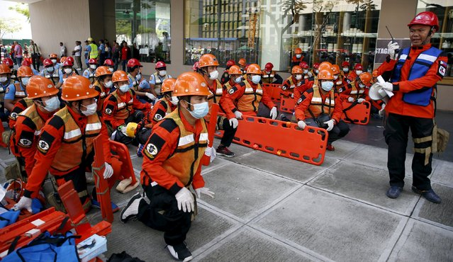 Rescuers take part in an earthquake drill in Taguig, Metro Manila in the Philippines July 23, 2015. (Photo by Erik De Castro/Reuters)