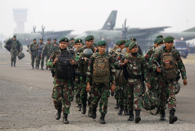 Indonesian soldiers arrive at Talang Betutu airport in Palembang to reinforce firefighter teams in south Sumatra province September 10, 2015. (Photo by Reuters/Beawiharta)