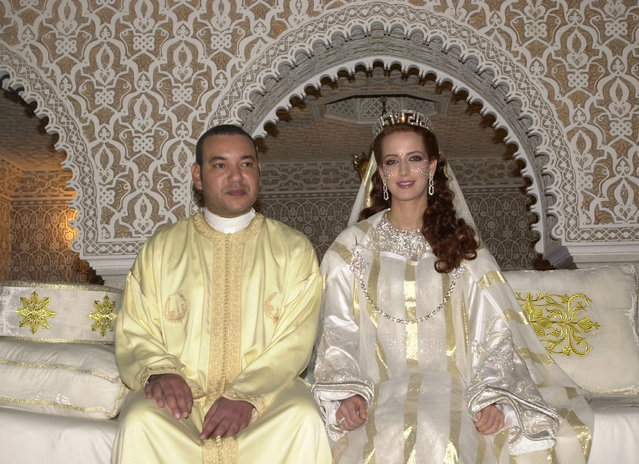 Morocco's King Mohammed VI poses with his bride unveiled Salma Bennani for an official photo following their wedding, July 13, 2002. (Photo by Reuters/Stringer)