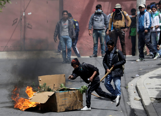Coca growers from Yungas clash with riot policemen in La Paz, Bolivia February 21, 2017. (Photo by David Mercado/Reuters)