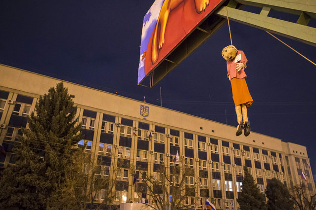 An effigy depicting Ukrainian politician and presidential candidate Yulia Tymoshenko is hanged on a advertisement board in front of the offices of the SBU state security service in Luhansk, in eastern Ukraine April 9, 2014. Pro-Russian separatists reinforced barricades around the state security building in the eastern Ukrainian city of Luhansk on Wednesday and called on President Vladimir Putin for help after the government warned it could use force to restore order. (Photo by Shamil Zhumatov/Reuters)