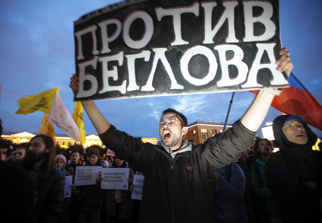 An activist holds a poster reading 'Against Beglov' during a meeting against the violations during governor and municipal elections in St.Petersburg, Russia, Tuesday, September 17, 2019. Alexander Beglov is newly elected St. Petersburg's governor pro-Kremlin candidate. (Photo by Dmitri Lovetsky/AP Photo)