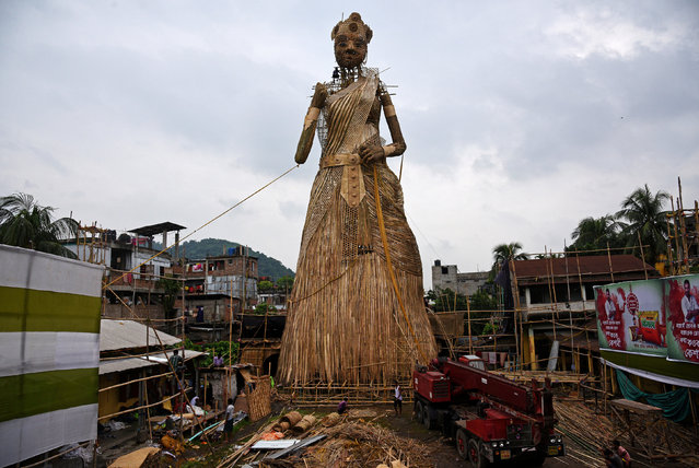 Artisans install a 100-foot bamboo idol of the Hindu goddess Durga, which is aimed at breaking the Guinness World Records for the tallest bamboo sculpture ever made, ahead of the Durga Puja festival, in Guwahati, India September 23, 2017. (Photo by Anuwar Hazarika/Reuters)