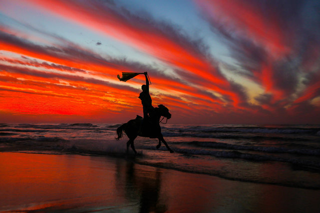 A Palestinian horseman rides on the beach at sunset a few hours prior to the new year's celebrations, west of in Gaza city on December 31, 2018. (Photo by Mahmud Hams/AFP Photo)
