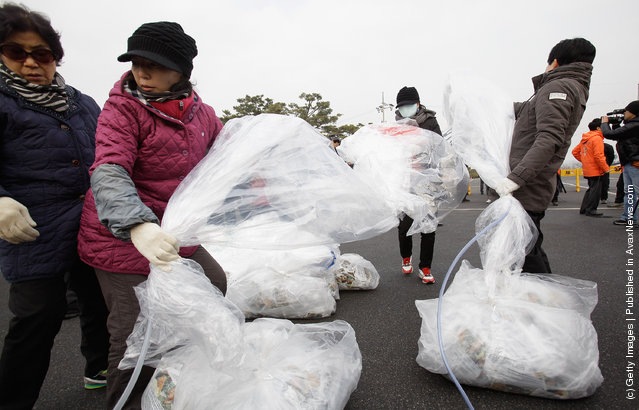 North Korean defectors, now living in South Korea, prepare to release balloons carrying propaganda leaflets denouncing North Korea's late leader Kim Jong-Il at Imjingak, near the Demilitarized zone