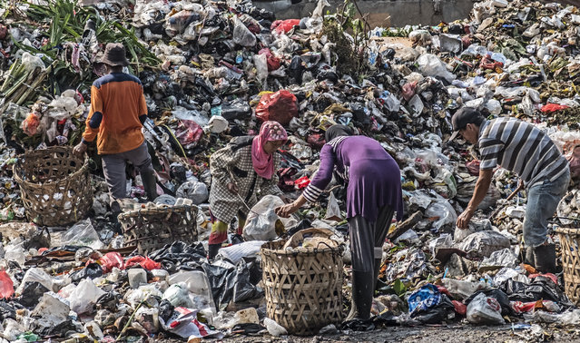 Scavengers collect valuable items to resale at a garbage dump in Jakarta on July 20, 2017. (Photo by Bay Ismoyo/AFP Photo)