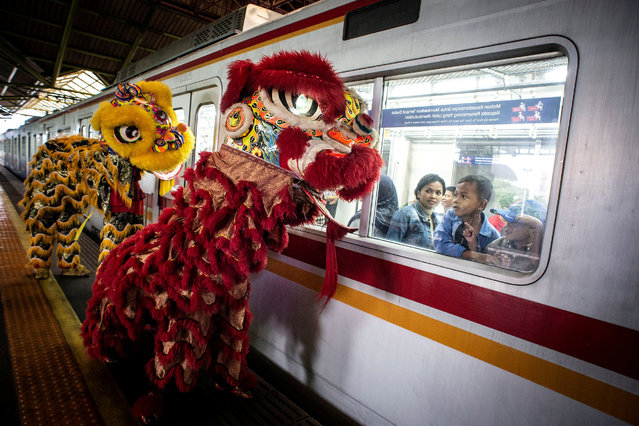 Passengers look from the window of a train as Lion-dances perfom at a platform of Gambir station during Chinese Lunar New Year of the Rat celebrations in Jakarta, Indonesia, January 25, 2020 in this photo taken by Antara Foto. (Photo by Aprillio Akbar/Antara Foto via Reuters)