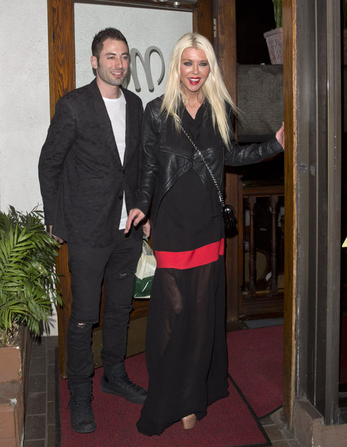 """Tara Reid hands out Valentine's Day Lomnhg Stem Red Roses to the paparazzi as her and her boyfriend were leaving dinner at """"Madeo"""" Italian Restaurant in West Hollywood, CA on February 15, 2018. (Photo by SPW/Splash News and Pictures)"""