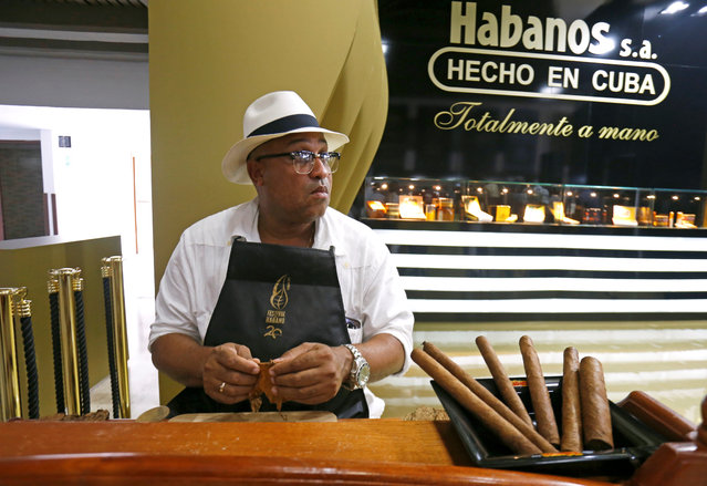 Master roller Jhusat Hernandez Batista rolls a cigar during the opening of the XX Habanos Festival in Havana, Cuba on February 27, 2018. (Photo by Reuters/Stringer)