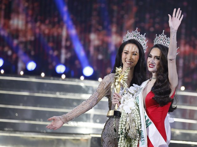 Newly crowned Vietnam's Nguyen Huong Giang (R) waves after winning the annual transgender beauty contest of Miss International Queen 2018 at Pattaya city, in Chonburi province, Thailand, 09 March 2018. (Photo by Narong Sangnak/EPA/EFE)