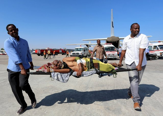 A victim of a suicide attack in Baidoa is carried on a stretcher after being flown into the Somali capital Mogadishu February 29, 2016. Somalia's al Shabaab Islamist group bombed a busy junction and a nearby restaurant in the town of Baidoa on Sunday, killing at least 30 people, police and the group said. (Photo by Feisal Omar/Reuters)