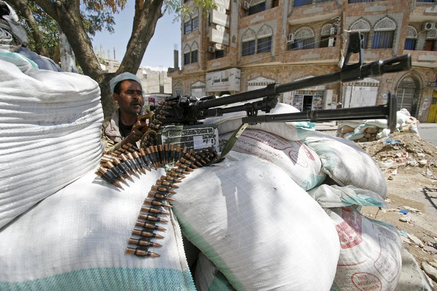 A fighter of the anti-Houthi Popular Resistance Committee takes position as he secures a street in Yemen's southwestern city of Taiz May 7, 2015. (Photo by Reuters/Stringer)
