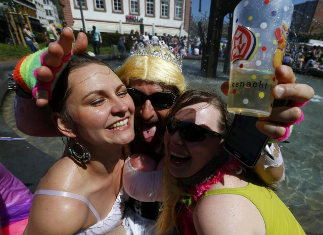 """Revellers await the start of the postponed """"Rosenmontag"""" (Rose Monday) parade, in Mainz, Germany, May 8, 2016, after the original parade in February was cancelled due to severe weather. (Photo by Ralph Orlowski/Reuters)"""
