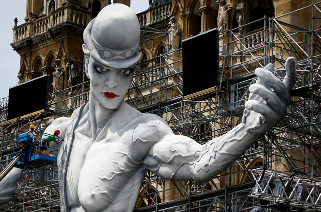 Workers set-up the stage for the 24th Life Ball in front of the city hall in Vienna, Austria June 6, 2017. (Photo by Leonhard Foeger/Reuters)