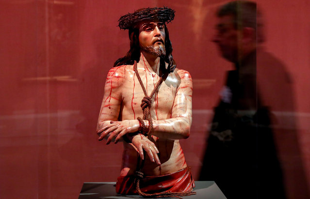 """A visitor walks past the sculpture """"Ecce Homo"""" by Spanish artist Pedro de Mena at the Gemaeldegalerie art museum in Berlin, Germany, 29 June 2016. The """"El Siglo de Oro. The Velazquez Era"""" exhibition, which will run from 01 July to 30 October, will focus on the golden era of Spanish art. (Photo by Kay Nietfeld/EPA)"""
