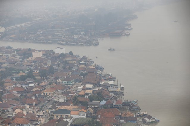 Aerial view of housing complex near Musi River as the haze blankets over Palembang, Indonesia's south Sumatra province, September 10, 2015. (Photo by Reuters/Beawiharta)