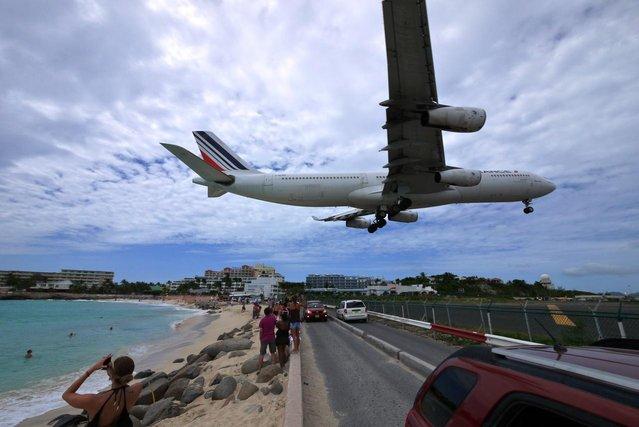 Airbus 340 landing in St. Maarten. (Photo by Oldcanonuser)