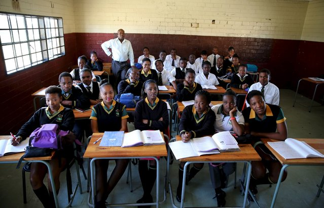 Teacher Reginald Sikhwari poses for a picture with his class of grade 11 students at Sekano-Ntoane school in Soweto, South Africa, September 17, 2015. (Photo by Siphiwe Sibeko/Reuters)