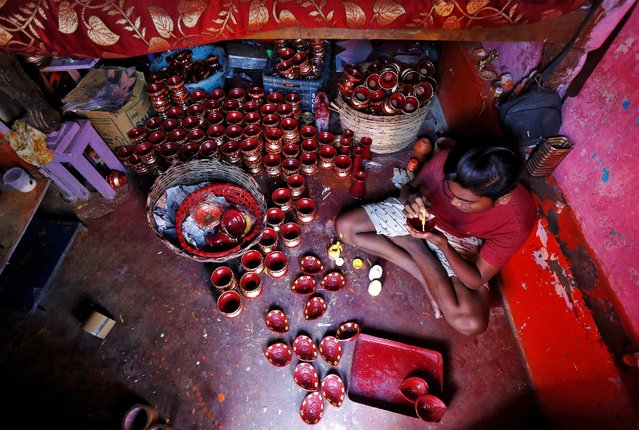 A man paints earthen lamps which are used to decorate temples and homes during Diwali, the Hindu festival of lights, in Kolkata, India October 17, 2016. (Photo by Rupak De Chowdhuri/Reuters)