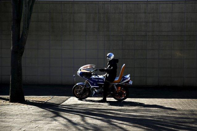 A Bousouzoku biker waits at the Dangouzaka rest stop in Yamanashi, west of Tokyo, Japan, January 3, 2016. (Photo by Thomas Peter/Reuters)
