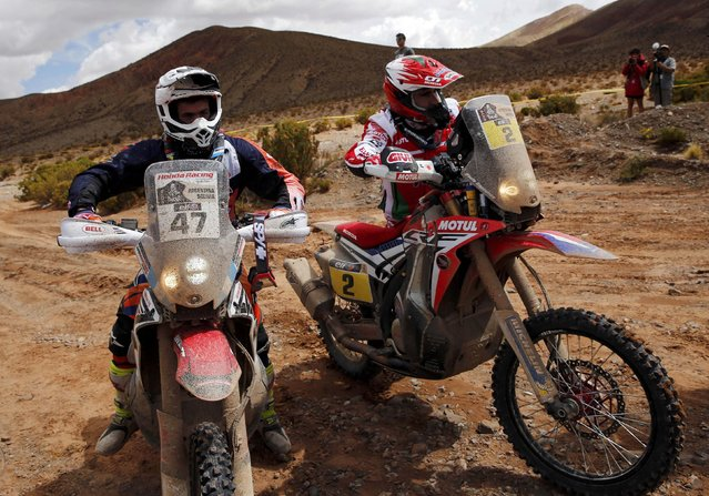 Paulo Goncalves (R) of Portugal pushes his Honda next to Honda rider Kevin Benavides of Argentina as they arrive to the finish line of the fourth stage in the Dakar Rally 2016 in Jujuy province, Argentina, January 6, 2016. (Photo by Marcos Brindicci/Reuters)