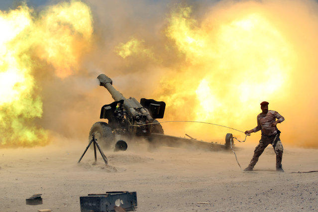A member of the Iraqi security forces fires artillery during clashes with Islamic State militants near Falluja, Iraq, May 29, 2016. (Photo by Alaa Al-Marjani/Reuters)