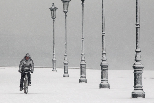 A man rides his bike during heavy snowfall at the seaside promenade of the northern port city of Thessaloniki, Greece January 10, 2017. (Photo by Alexandros Avramidis/Reuters)