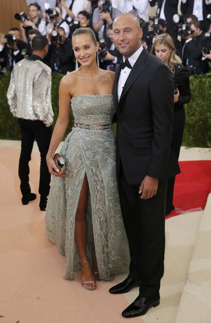 """Retired MLB Baseball player Derek Jeter and model Hannah Davis arrive at the Metropolitan Museum of Art Costume Institute Gala (Met Gala) to celebrate the opening of """"Manus x Machina: Fashion in an Age of Technology"""" in the Manhattan borough of New York, May 2, 2016. (Photo by Eduardo Munoz/Reuters)"""