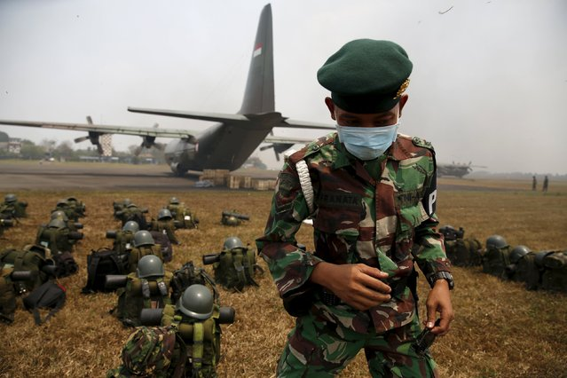 An Indonesian soldier wearing a mask arrives at Talang Betutu airport in Palembang to reinforce firefighter teams in south Sumatra province September 10, 2015. (Photo by Reuters/Beawiharta)