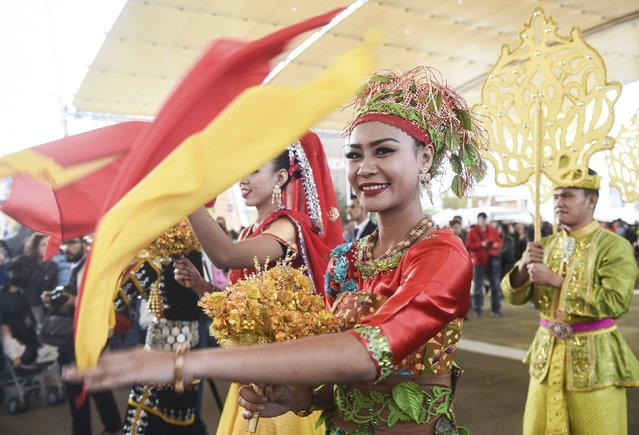Dancers perform before the arrival of Malaysia's Prime Minister Najib Razak (C) to the Expo 2015 global fair in Milan October 3, 2015. (Photo by Reuters/Stringer)