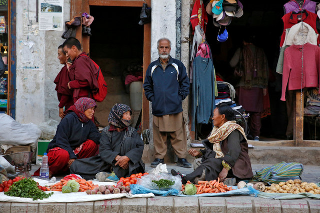Vegetable vendors chat in Leh, the largest town in the region of Ladakh, nestled high in the Indian Himalayas, India September 29, 2016. (Photo by Cathal McNaughton/Reuters)