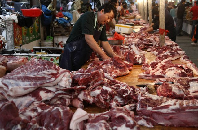 A vendor chops pork at a market in Huaibei, Anhui province, in this May 9, 2014 file photo. (Photo by Reuters/Stringer)