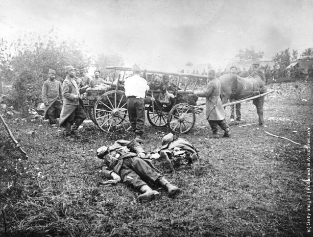 1914: Soldiers collecting dead comrades from battlefields