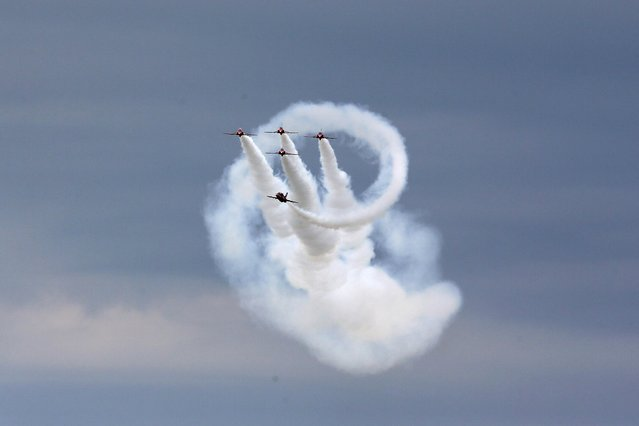 The Royal Air Force aerobatic team, the Red Arrows, perform during The Royal International Air Tattoo at the RAF in Fairford July 11, 2014. (Photo by Stefan Wermuth/Reuters)