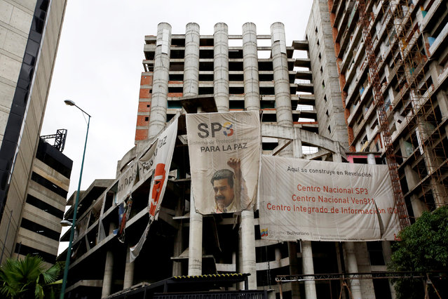 A building on construction with Venezuela's President Nicolas Maduro's picture is seen at a street in Caracas, Venezuela, June 21, 2016. (Photo by Mariana Bazo/Reuters)