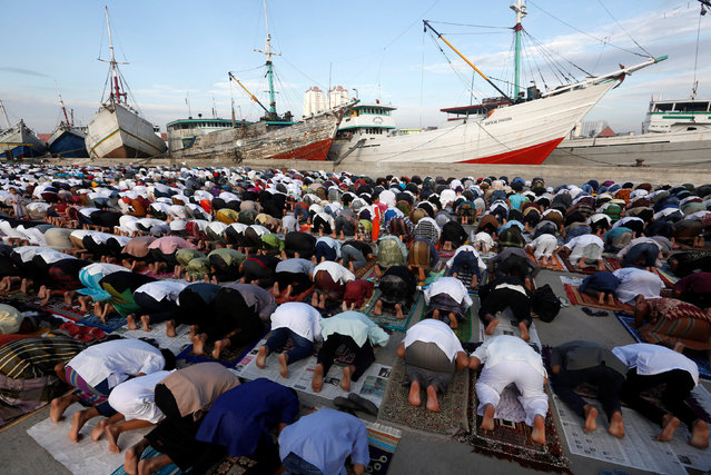 Muslims attend a Eid al-Fitr mass prayer to mark the end of the holy fasting month of Ramadan at Sunda Kelapa port in Jakarta, Indonesia, June 25, 2017. (Photo by Agoes Rudianto/Reuters)