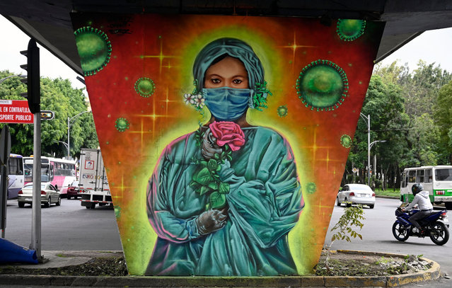 Picture of a mural painted by Mexican urban artist Sergio Morelos, aka Applezman, in tribute to doctors and nurses who are in the front line in the fight against the COVID-19 novel coronavirus, in Mexico City on August 25, 2020. (Photo by Alfredo Estrella/AFP Photo)
