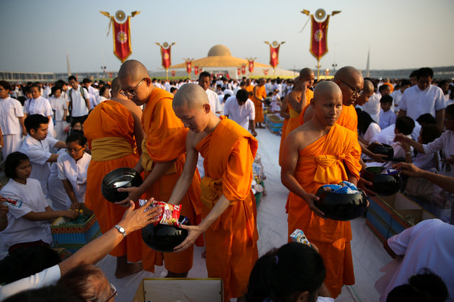 Buddhist monks take part in an alms offering ceremony on Makha Bucha Day at Wat Phra Dhammakaya temple in Pathum Thani, Thailand, March 1, 2018. (Photo by Athit Perawongmetha/Reuters)